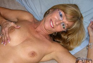 Nude Amateur Milf Wearing Glasses And Spreading Nude
