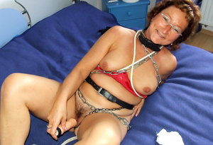 Amateur mature gets tied p in metall chains