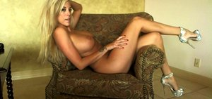 xoGisele strips down on her chair and has some fun with her toy dildo
